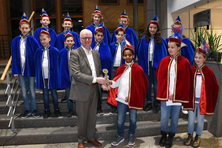 Walter Luyten overhandigt de sleutel aan Prins Carnaval Simon