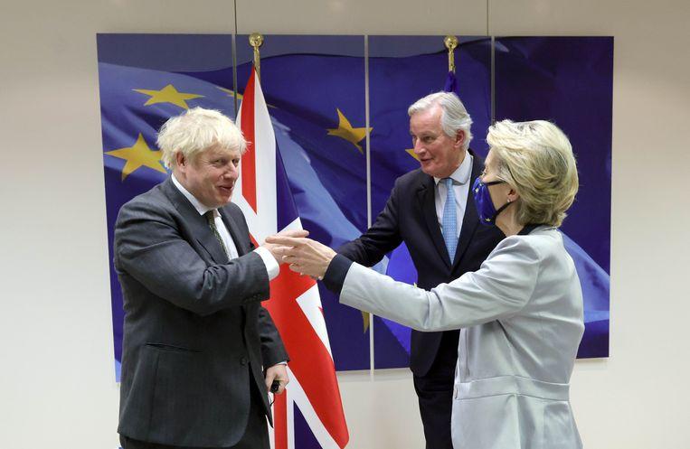 Brits premier Boris Johnson en Europees Commissievoorzitter Ursula von der Leyen in Brussel. 'Alle ronkende soevereiniteitsverklaringen ten spijt, de Britse economie is met handen en voeten gebonden aan de EU', stelt Buysse. Beeld Photo News