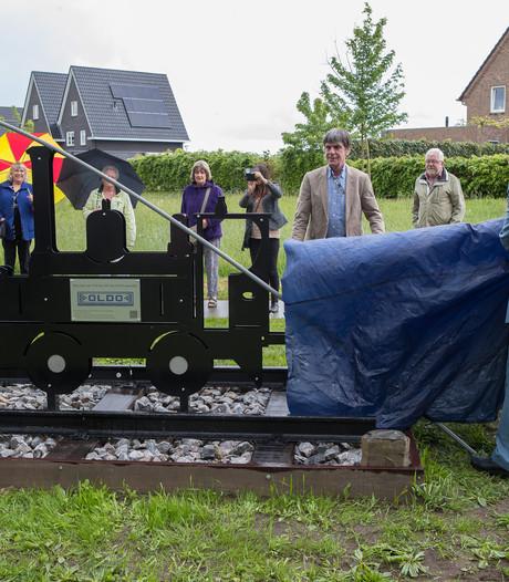 Burgemeester Strien onthult  spoorlijn-monument in Wesepe