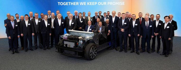 Het veertigkoppige team van Volkswagen dat het elektrische platform MEB heeft ontwikkeld, met achter het stuur hoogste baas Herbert Diess. Beeld Volkswagen