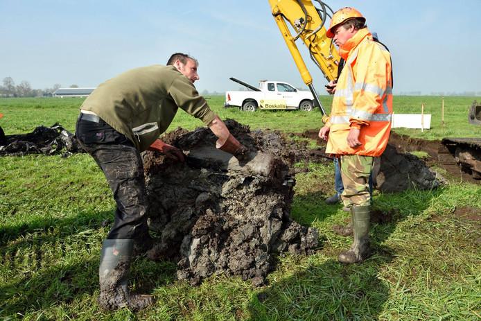 De opgraving van een van de twee vliegtuigmotoren in 2015.