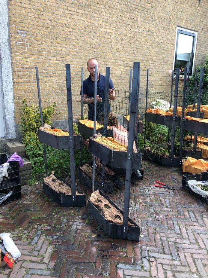 De proef met plantenbakken langs de nieuwe damwanden in Schipluiden.