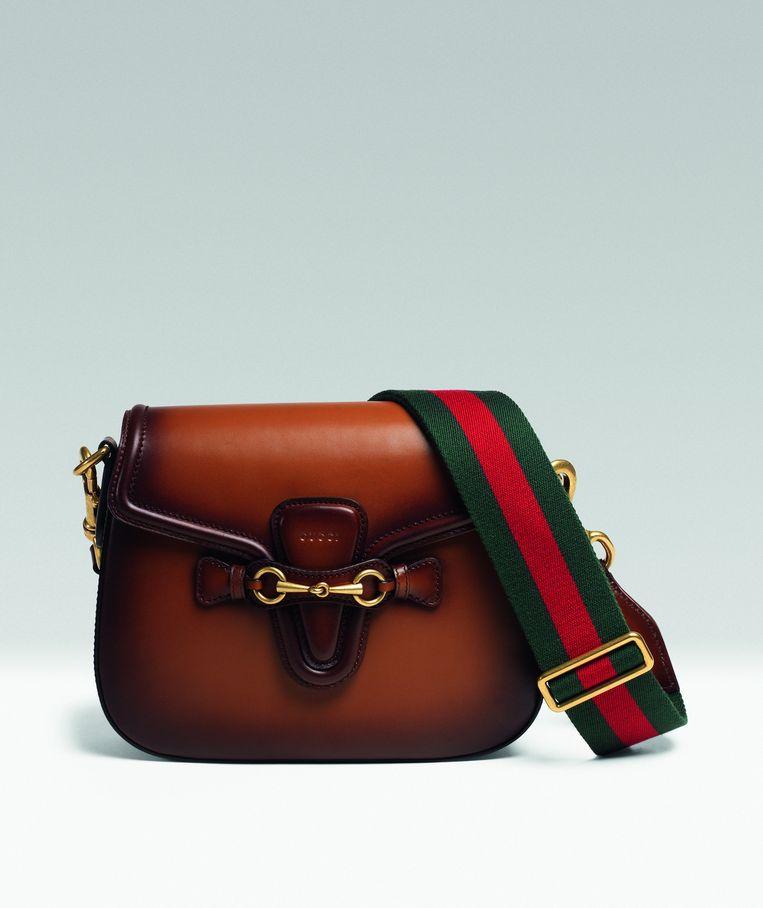 Klassieke leren schoudertas met canvas schouderband van Gucci, € 1.950. gucci.com Beeld Gucci