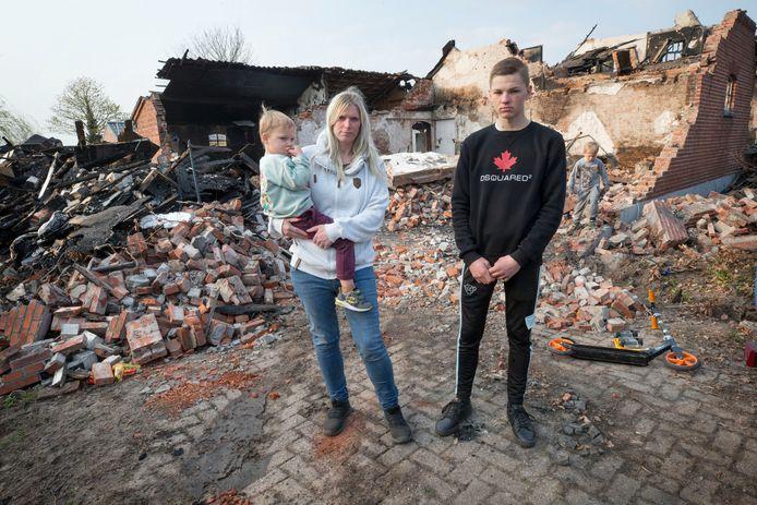 Angela met haar zonen vlnr: Marciano (4), Guliano (17) en Luciano (5) bij haar afgebrande huis in Achtmaal. Inmiddels is er een inzameling om het gezin aan spullen te helpen.