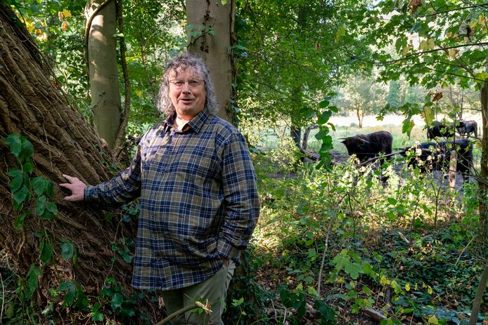 Natuurliefhebber Ger van den Oetelaar in het Liempdse oerbos in ontwikkeling.