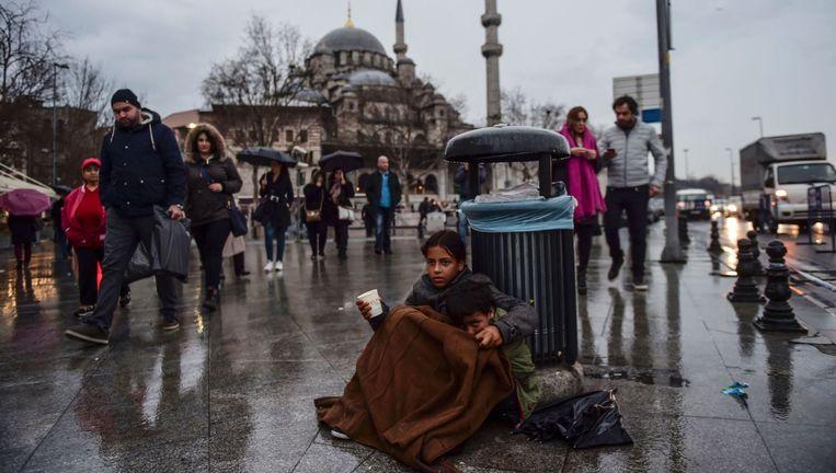 Syrische kinderen bedelen op straat in Istanbul. Zij lopen het risico te worden opgepakt en samen met hun familie naar kampen te worden overgebracht. Beeld null