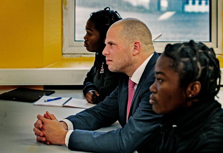 Voormalig staatssecretaris Theo Francken bij een bezoek aan het Observatie-en Oriëntatiecentrum (OOC) voor Niet Begeleide Minderjarige Vreemdelingen (NBMV) Beeld Tim Dirven