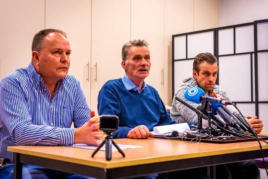 De bouwers, Peter van Zaanen, Ad Massa en Dennis Rog van de vreugdevuren geven een verklaring na de vonkenregen.