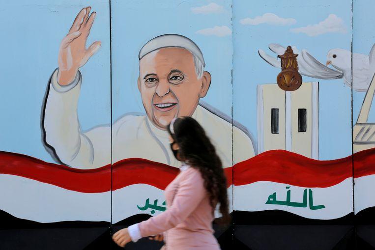 Muurschildering van de paus op een kerk in de Iraakse hoofdstad Bagdad. Beeld Reuters