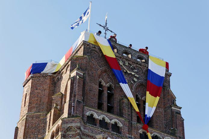 De Oude Toren wordt versierd met carnaval.