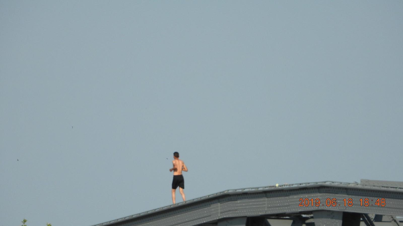 Een man in Zutphen zorgde maandagavond voor commotie door over de boog van de spoorbrug te rennen.