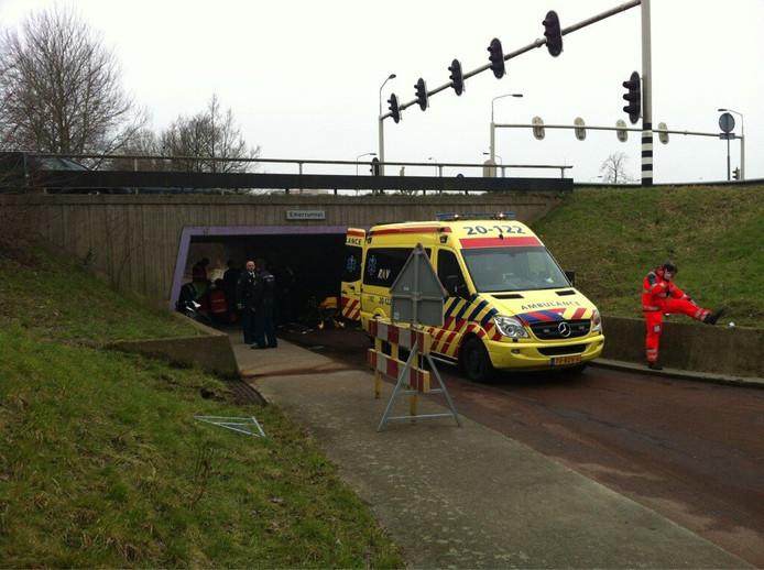 Een ambulance verleent hulp in het fietstunneltje aan de Emerparklaan. foto Nico Schapendonk.
