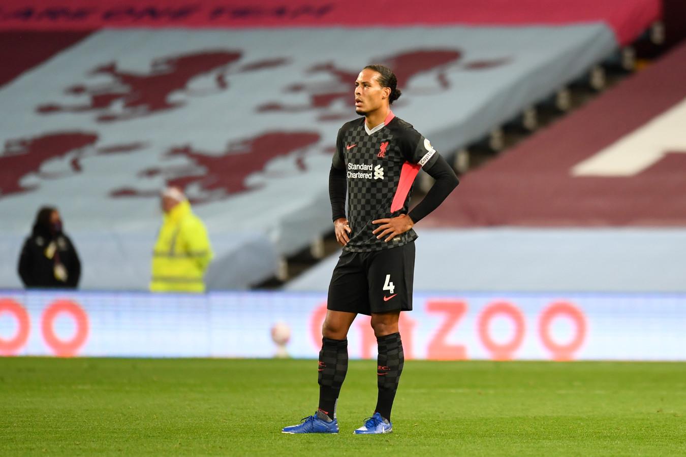 Virgil van Dijk gisteravond op Villa Park, waar Liverpool met 7-2 verloor van Aston Villa.