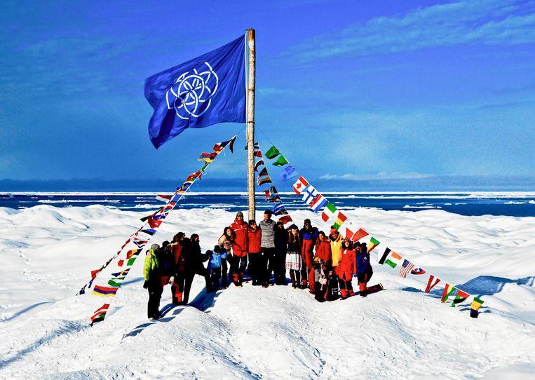 De vlag van Moeder Aarde, door de Sea Gypsies op 21 september geplant op het Noordpoolijs bij de Straat van Victoria in het uiterste noorden van Canada Beeld Sea Gypsies