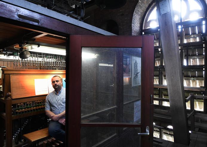 Stadsbeiaardier Wim Ruitenbeek achter het klavier van het carillon in de Sint Maartenskerk.