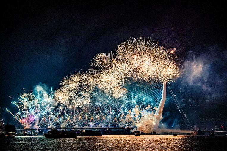Het Nationale Vuurwerk op de Ersasmusbrug in Rotterdam waarmee in normale tijden het nieuwe jaar wordt ingeluid. Beeld ANP