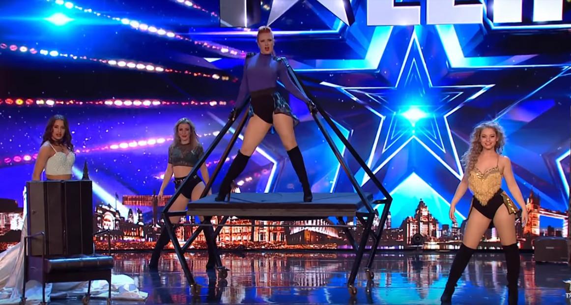 De meiden van Angels Inc tijdens hun optreden bij Britain's Got Talent, met Carey Moonen in het midden op de piramide.