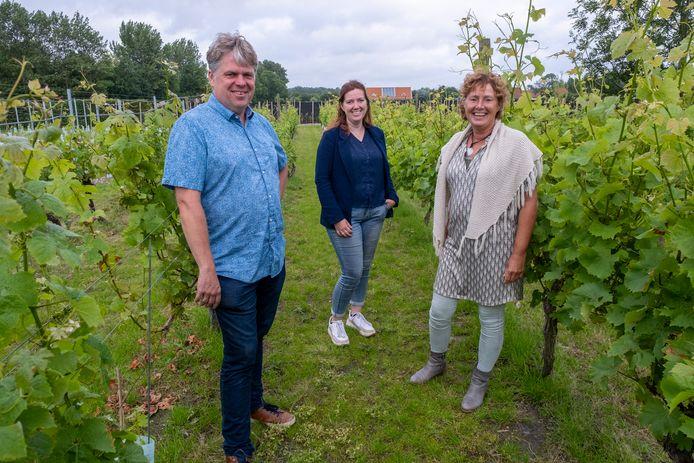 Simon en Anita van Keulen en dochter Andrea Labeur op de wijngaard in Oostkapelle.