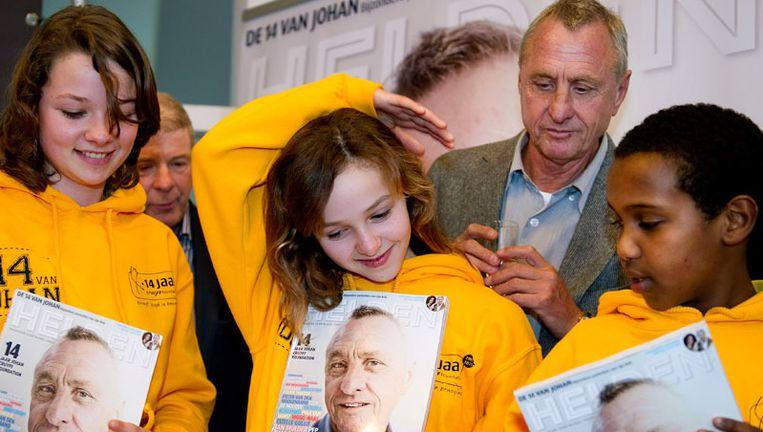 Johan Cruijff presenteert maandag de 14 van Johan tijdens de viering van het 14-jarig bestaan van de Johan Cruijff Foundation in het Olympisch Stadion in Amsterdam. Deze 14 jongeren met en zonder handicap zijn gedurende het jubileumjaar de ambassadeurs van de Johan Cruyff Foundation. Foto ANP Beeld