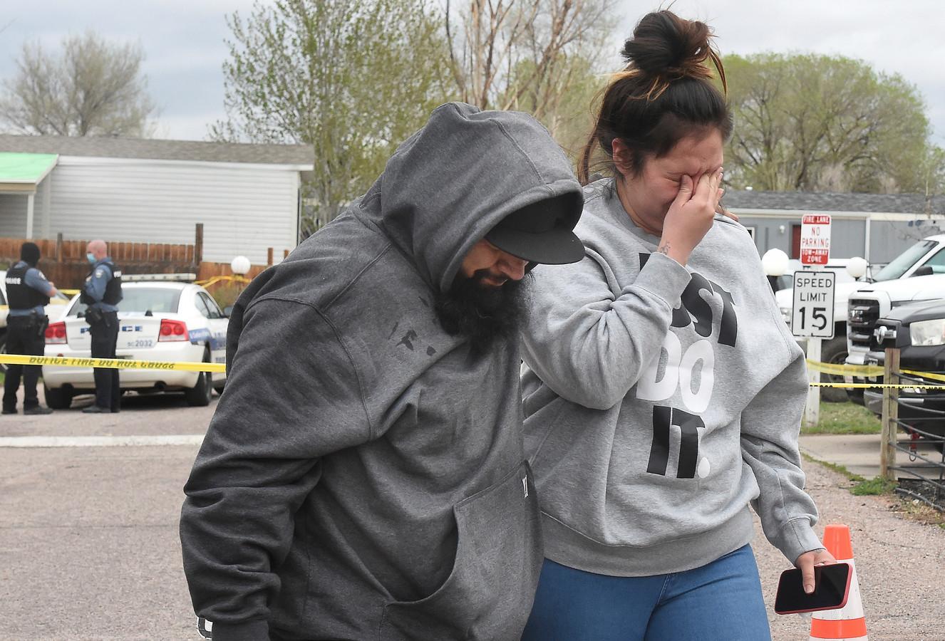 Verdrietige nabestaanden bij de plaats delict in Colorado Springs.