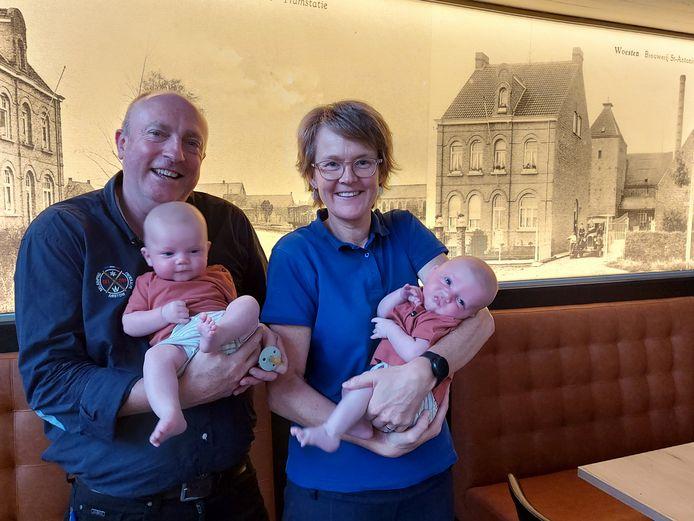 Papa Nicolas Christiaens en mama Katrien Sampers van Brouwerij Deca in Woesten werden op 23 april de trotse ouders van de tweeling Georges Arthur (rechts) en Marius (links).