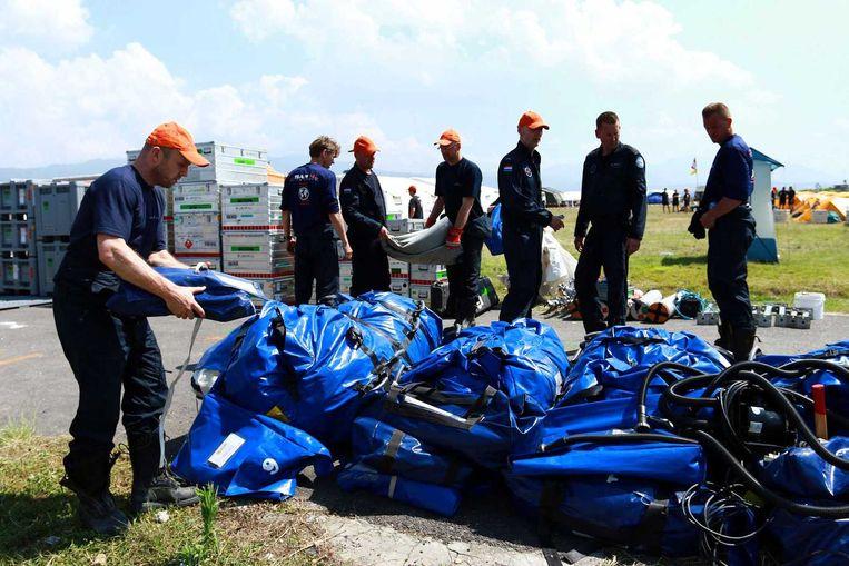 Nederlandse hulpverleners van USAR breken het basiskamp af vlakbij het vliegveld in Kathmandu. Beeld anp