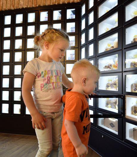 Dat wordt smullen: grootste stroopwafelmuur ter wereld geopend in Gouda