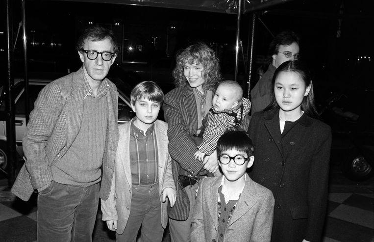 Woody Allen en Mia Farrow in 1986 met hun kinderen, vanaf links: Misha, Dylan, Fletcher en Soon-Yi. Beeld Life