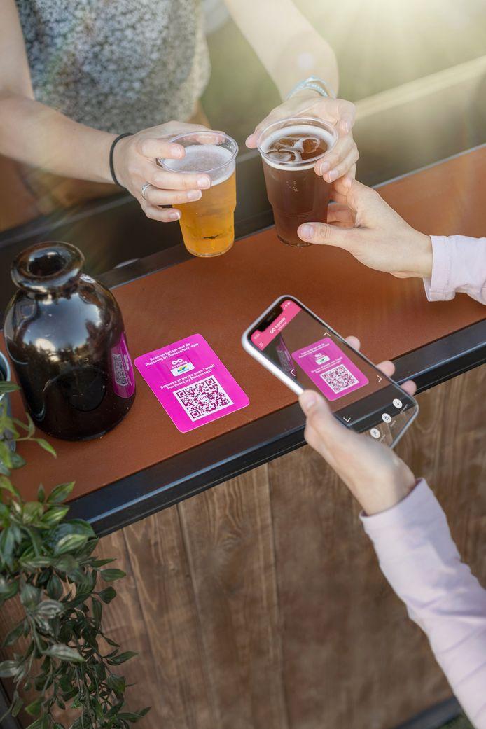 Onder vrienden snel enkele drankjes afrekenen is met de app van Bancontact Payconiq na slechts drie biepjes gebeurd.