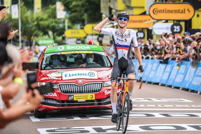 Matej Mohoric won de etappe van Vierzon naar Le Creusot na een knappe solo. Hij bleef zijn medevluchter Jasper Stuyven liefst 80 seconden voor.