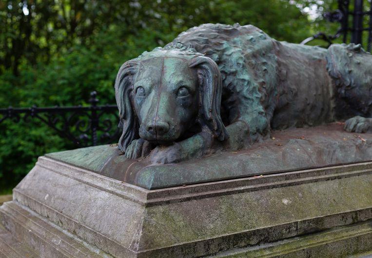 29 mei wandelden we op de Nieuwe Oosterbegraafplaats en stonden we even stil bij de graftombe van G.F. Westerman (1807-1890), een van de oprichters van Artis, een rijksmonument. Winnaar van het jaarabonnement op Ons Amsterdam is Machiel de Vries. Beeld Nina Schollaardt
