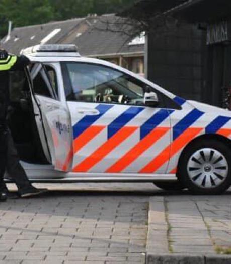 Jonge scooterrijder scheurt door uitgaanspubliek in Almelo