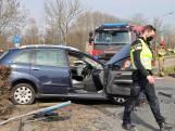 Vrouw rijdt met auto dwars over rotonde en botst op grote kei: brandweer haalt haar uit voertuig