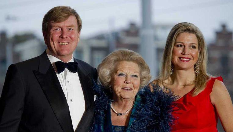 Prins Willem-Alexander, koning Beatrix en prinses Maxima voor aanvang van het 125-jarig jubileum van het Concertgebouw en Koninklijk Concertgebouworkest. Beeld anp