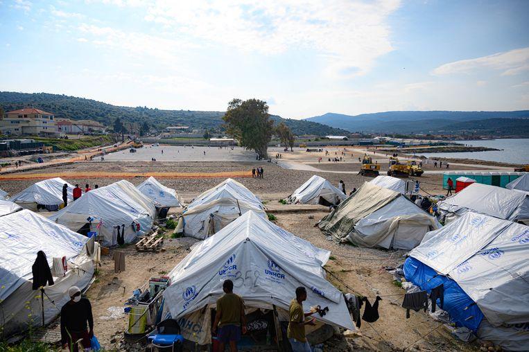 Een tentenkamp waar vluchtelingen verblijven op het Griekse eiland Lesbos. Beeld EPA