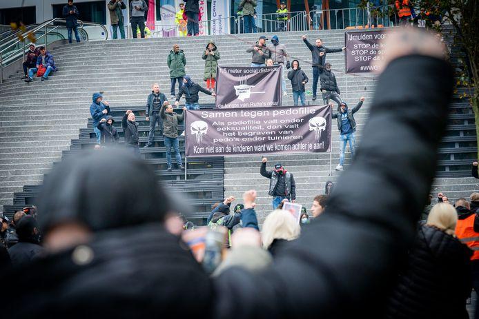Op het Jaarbeursplein in Utrecht zijn enkele honderden mensen samengekomen om te demonstreren tegen het normaliseren van pedofilie. Onder de demonstranten zijn ook voetbalsupporters en leden van motorclubs.