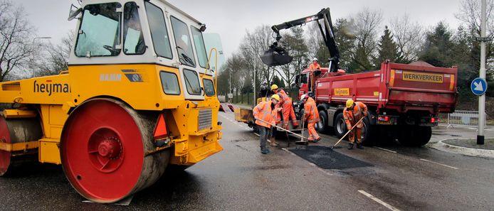 Bouwbedrijf Heijmans trekt zich terug uit aanbesteding van verlening A15.  Het bedrijf vindt de risico's van het project te groot.