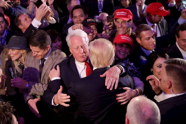 Archiefbeeld. Robert Trump feliciteert zijn broer Donald met het presidentschap na zijn acceptatiespeech op de verkiezingsavond. (09/11/2016)  Beeld AFP