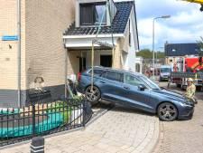 Auto stond nog in z'n achteruit: bestuurder ramt eigen gevel op Urk
