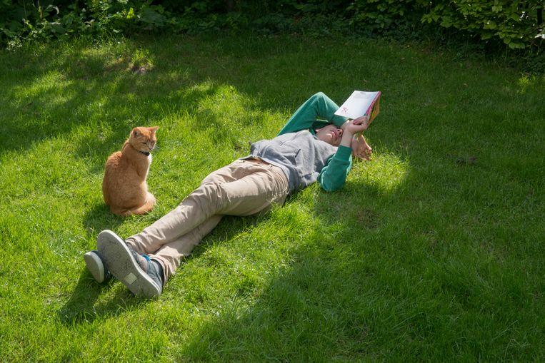 Een jongen van 15 leest een boek als huiswerk.  Beeld HH