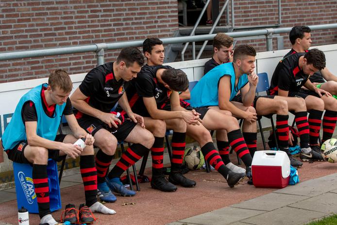 Verdriet op de reservebank bij Zundert na de degradatie tegen TSC (4-0).