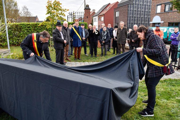 De burgemeester en schepen Maria Van Keer onthullen de gedenkplaat.
