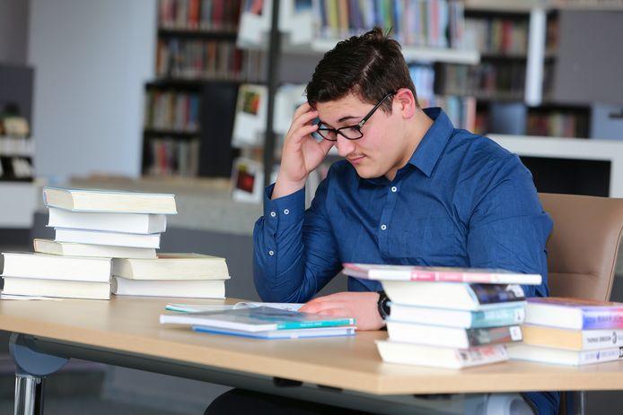 De bibliotheek in Woudrichem is gesloten, maar voor scholieren zijn er studieplekken ingericht.