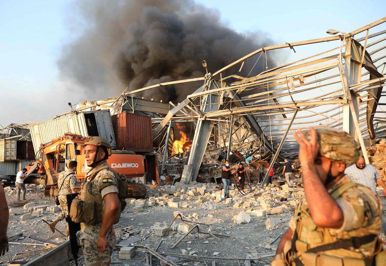 Libanese soldaten en brandweermannen proberen de branden te blussen en zoeken naar overlevenden. Beeld AFP