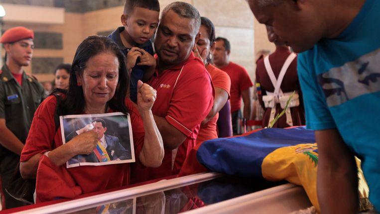 Aanhangers van Hugo Chávez bewijzen hem de laatste eer. Beeld EPA