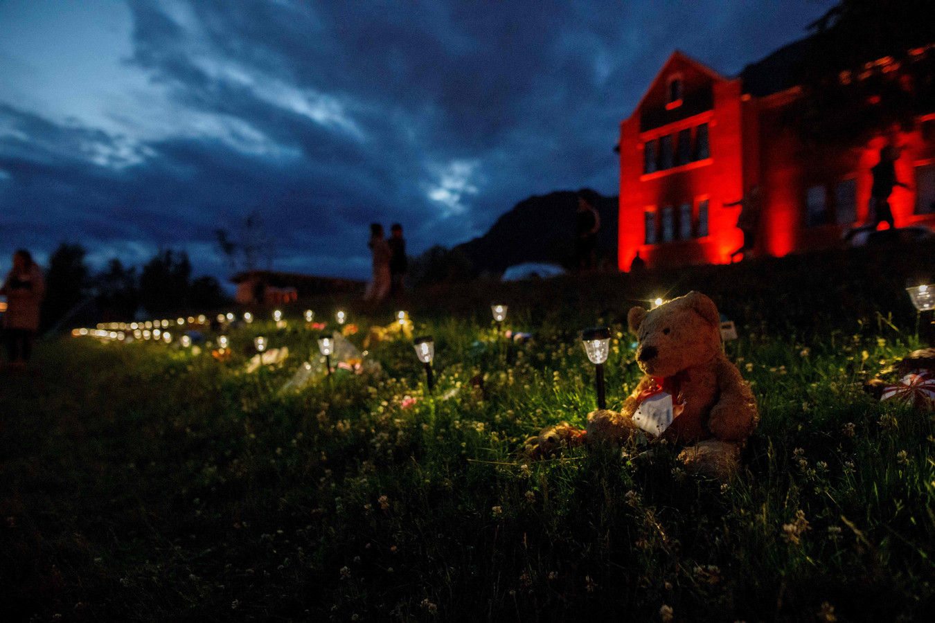 Een teddybeer bij een Canadese school waar eerder de graven van meer dan 200 inheemse kinderen werden gevonden.