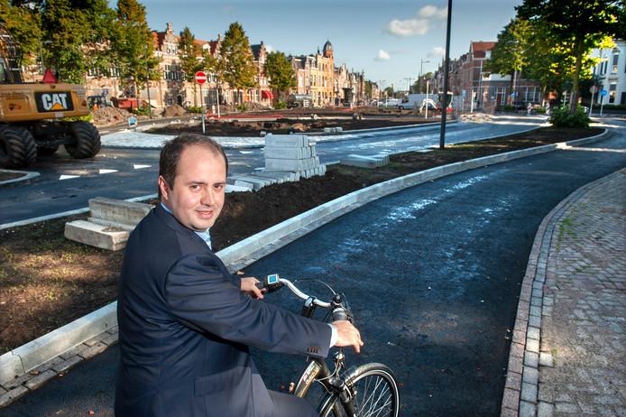 Wethouder Ufuk Kahya bij de nieuwe ovonde op het Julianaplein in Den Bosch.