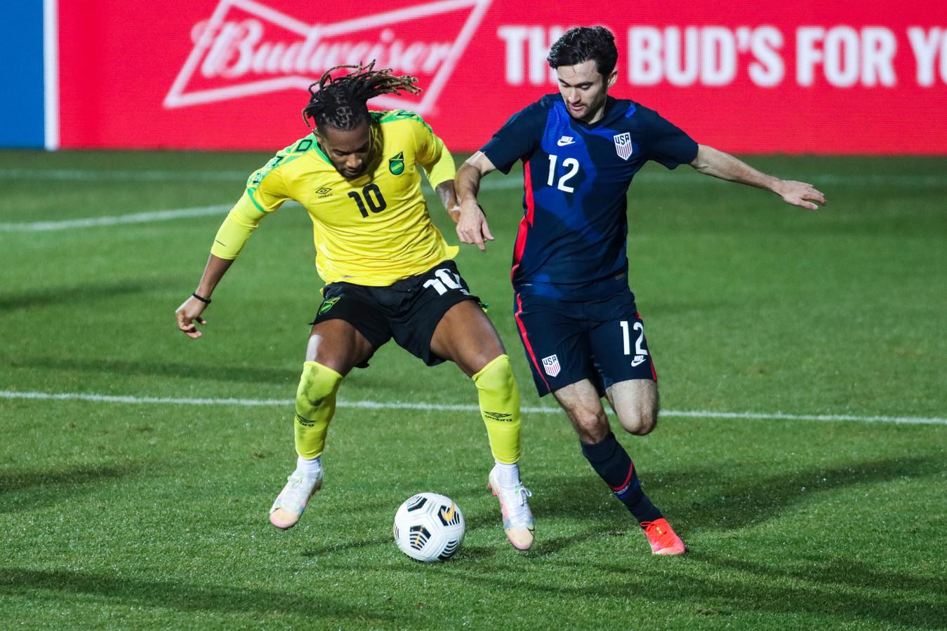 Luca de la Torre van Heracles (rechts) in actie voor Amerika in het oefenduel tegen Jamaica. Amerika won met 4-1.