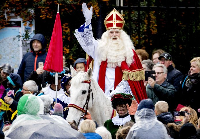 Sinterklaas arriveert met zijn pieten in het centrum van Dokkum. De Friese plaats is dit jaar het decor van de landelijke intocht van de goedheiligman en zijn schare pieten.