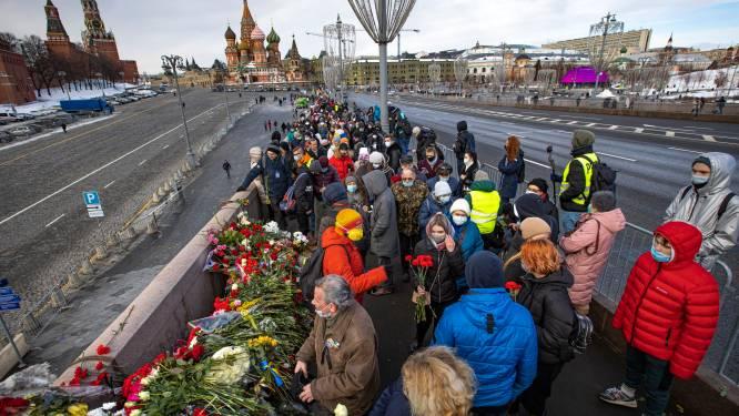 Duizenden Russen komen samen om vermoorde opposant Boris Nemtsov te herdenken